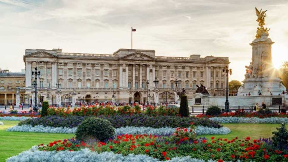 What makes Buckingham Palace worth nearly £1 billion?